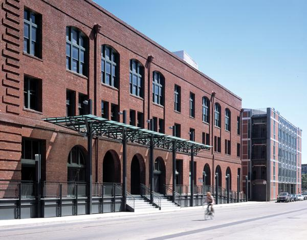 The historic Baker and Hamilton building in the South of Market neighborhood in San Francisco was renovated to include modern office workspaces, along with the addition to the new office building at 625 Townsend, creating a juxtaposition between the past and the present, and a contemporary reinterpretation of the warehouse district.